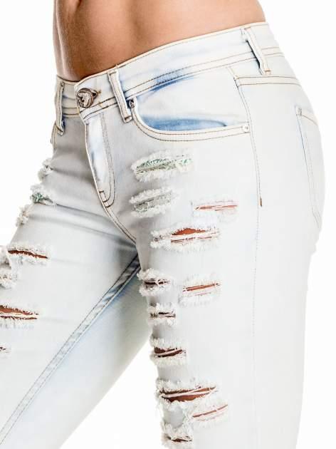 Jasnoniebieskie dopasowane spodnie trash jeans                                  zdj.                                  5
