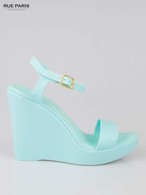 Jasnoniebieskie gumowe sandały na koturnie