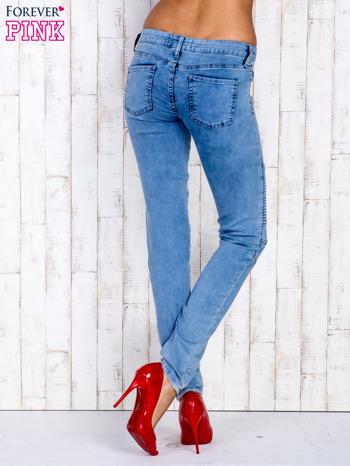 Jasnoniebieskie jeansowe spodnie ze wstawkami nad kolanami                                  zdj.                                  2