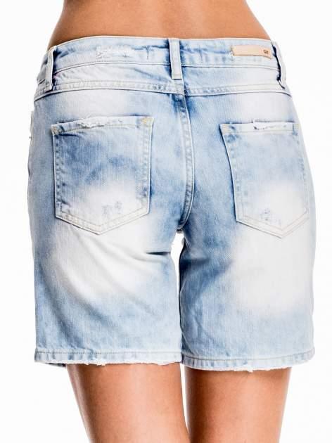 Jasnoniebieskie jeansowe szorty z dłuższą nogawką