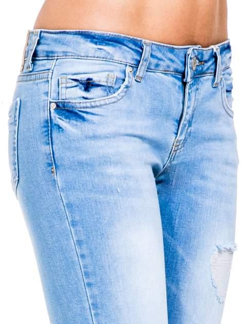 Jasnoniebieskie jeansy 3/4 skinny jeans z dziurą na kolanie                                  zdj.                                  7