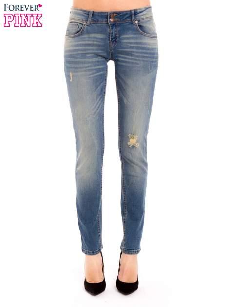 Jasnoniebieskie jeansy rurki z dziurą na kolanie                                  zdj.                                  2