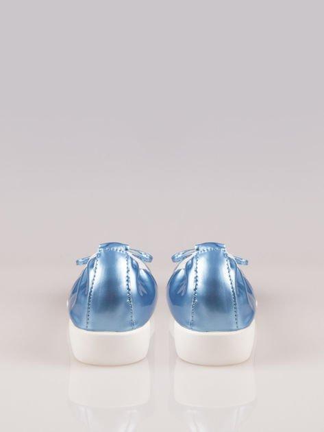 Jasnoniebieskie lakierowane baleriny Natty z białym noskiem na grubej podeszwie                                  zdj.                                  3
