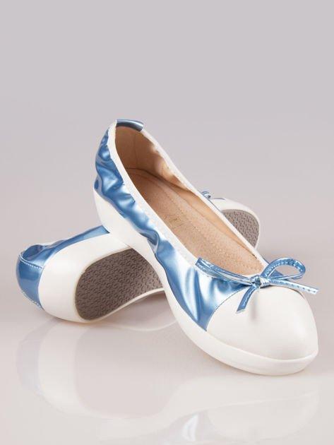 Jasnoniebieskie lakierowane baleriny Natty z białym noskiem na grubej podeszwie                                  zdj.                                  4