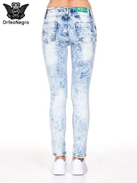 Jasnoniebieskie marmurkowe spodnie jeansowe rurki z dziurami i przetarciami                                  zdj.                                  6