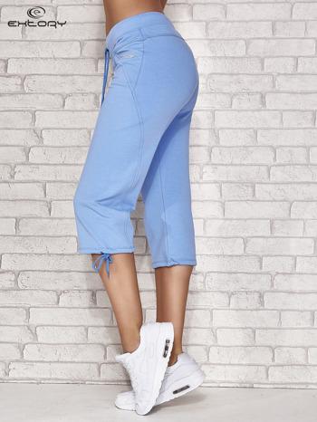 Jasnoniebieskie spodnie dresowe capri z kieszonką                                  zdj.                                  3