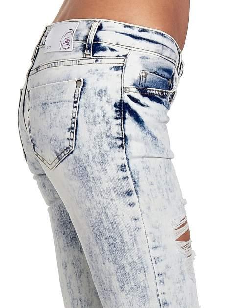 Jasnoniebieskie spodnie jeansowe dzwony z dziurą na kolanie                                  zdj.                                  6