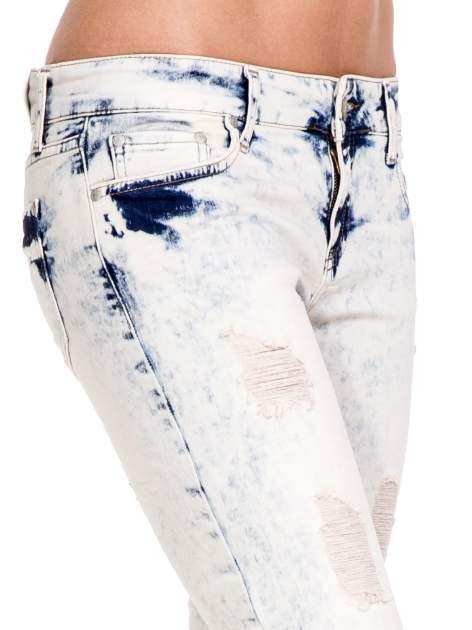 Jasnoniebieskie spodnie jeansowe dzwony z przecieraną i rozjaśnianą nogawką                                  zdj.                                  6