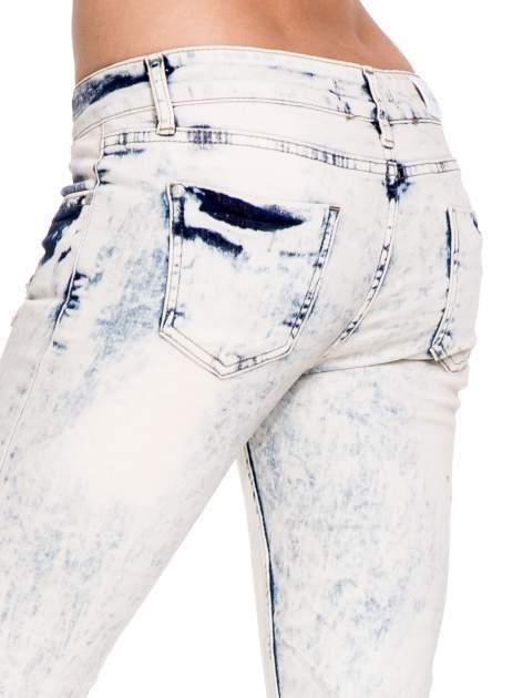 Jasnoniebieskie spodnie jeansowe dzwony z przecieraną i rozjaśnianą nogawką                                  zdj.                                  7