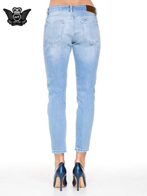 Jasnoniebieskie spodnie jeansowe o prostej nogawce z rozdarciami                                  zdj.                                  5
