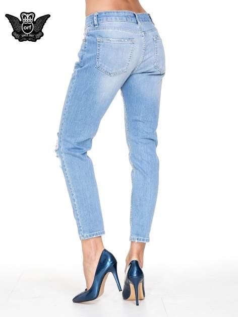 Jasnoniebieskie spodnie jeansowe o prostej nogawce z rozdarciami                                  zdj.                                  4