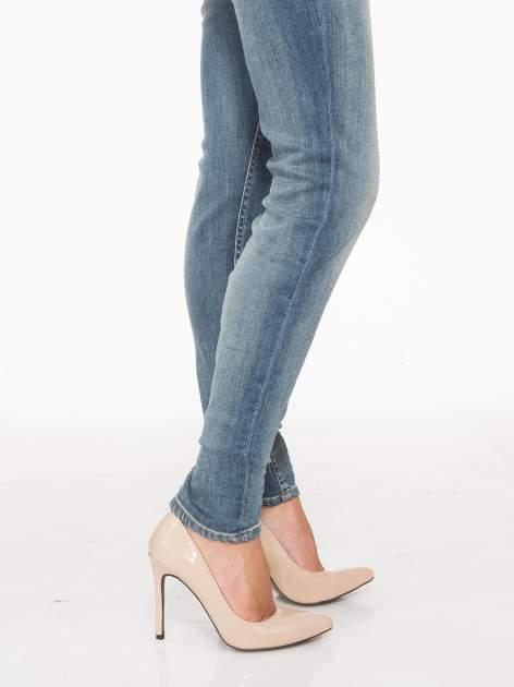 Jasnoniebieskie spodnie jeansowe rurki z cieniowaniem                                  zdj.                                  6