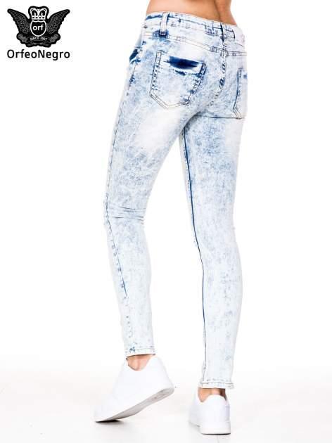 Jasnoniebieskie spodnie jeansowe rurki z dziurami na kolanach                                  zdj.                                  4