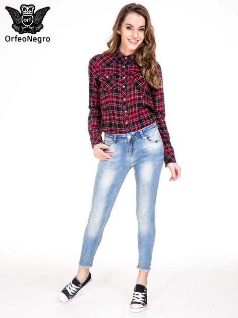 Jasnoniebieskie spodnie jeansowe rurki z poszarpaną nogawką na dole                                  zdj.                                  4