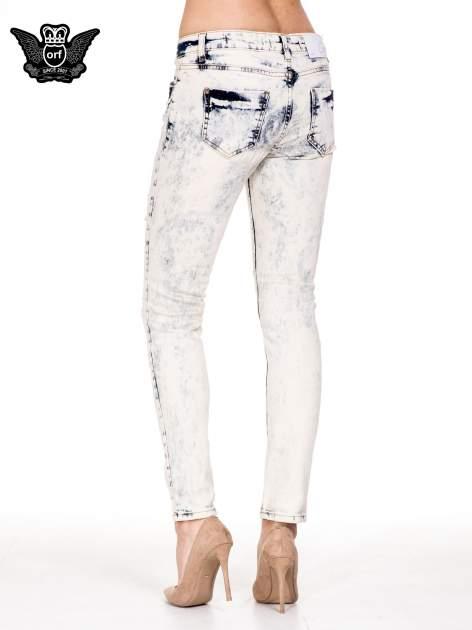 Jasnoniebieskie spodnie jeansowe rurki z rozdarciami                                  zdj.                                  2