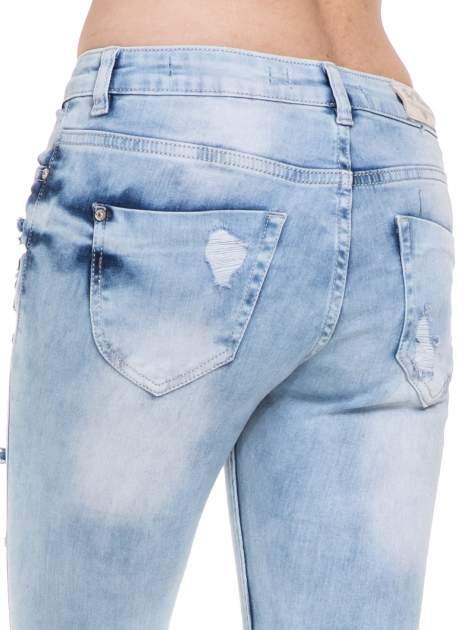 Jasnoniebieskie spodnie jeansowe rurki z rozdarciami i przetarciami                                  zdj.                                  7