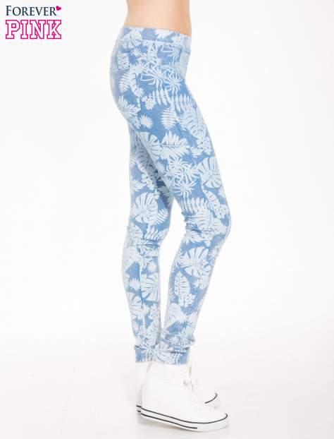 Jasnoniebieskie spodnie jeansowe typu jegginsy w kwiaty                                  zdj.                                  3