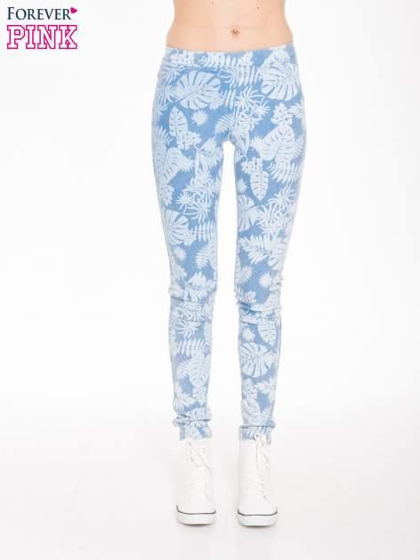 Jasnoniebieskie spodnie jeansowe typu jegginsy w kwiaty