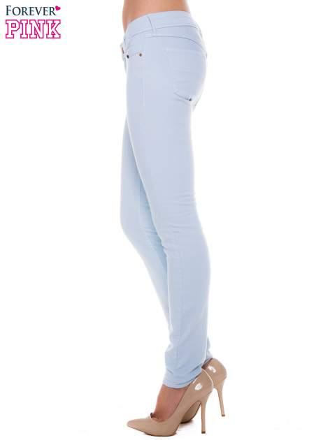 Jasnoniebieskie spodnie jeansowe typu rurki                                  zdj.                                  2