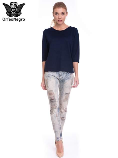 Jasnoniebieskie spodnie jeansowe z przetarciami na nogawkach                                  zdj.                                  2