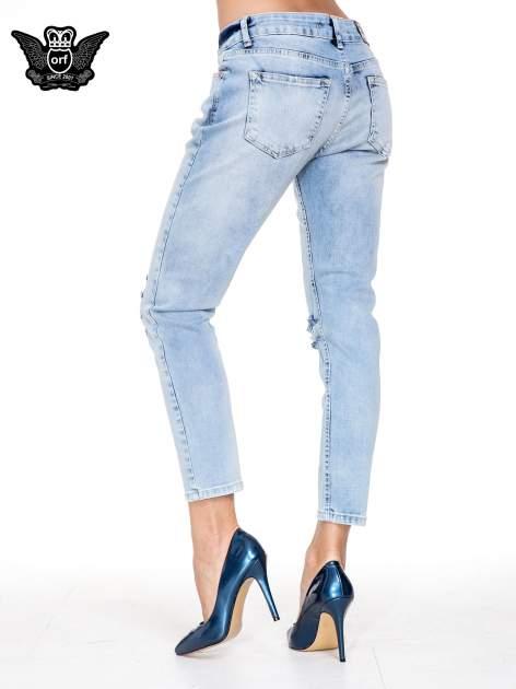 Jasnoniebieskie spodnie jeasnowe o prostej nogawce z rocięciem na kolanie                                  zdj.                                  4