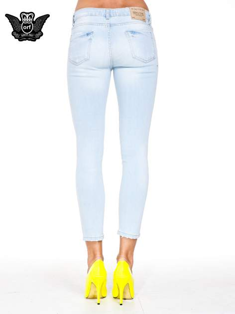 Jasnoniebieskie spodnie jeasnowe skinny jeans z łatami i dziurami                                  zdj.                                  5