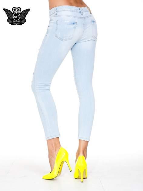 Jasnoniebieskie spodnie jeasnowe skinny jeans z łatami i dziurami                                  zdj.                                  4