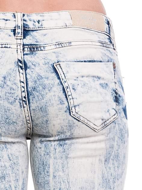 Jasnoniebieskie spodnie rurki typu trash jeans                                  zdj.                                  8