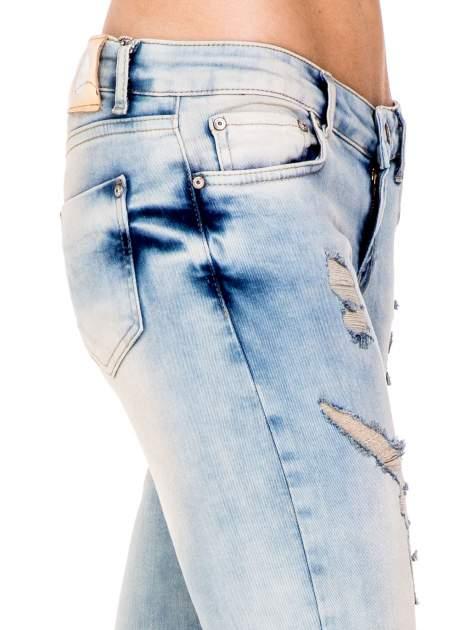 Jasnoniebieskie spodnie skinny jeans z przetarciami                                  zdj.                                  6