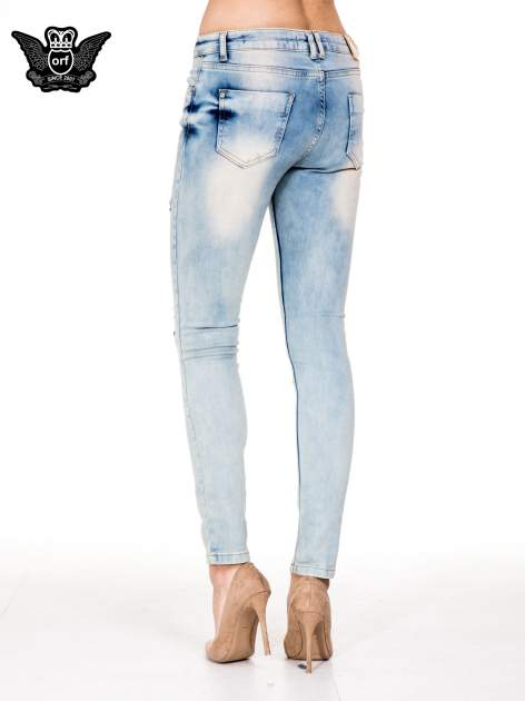 Jasnoniebieskie spodnie skinny jeans z przetarciami                                  zdj.                                  2