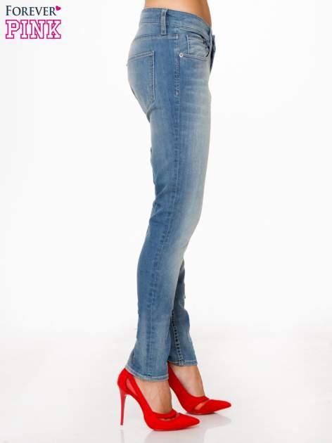 Jasnoniebieskie spodnie typu boyfriend jeans z rozjaśnianą nogawką                                  zdj.                                  3