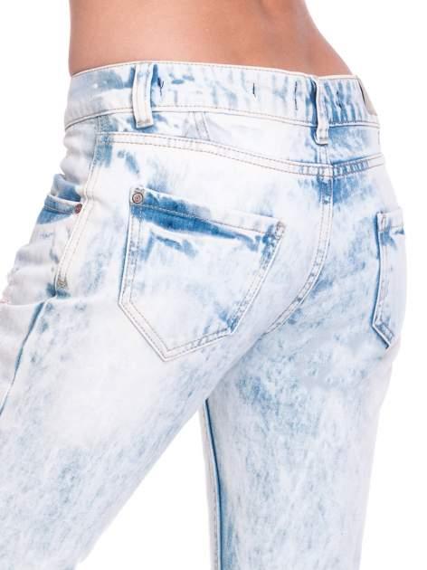Jasnoniebieskie wycierane jeansowe rurki z dziurami                                  zdj.                                  7
