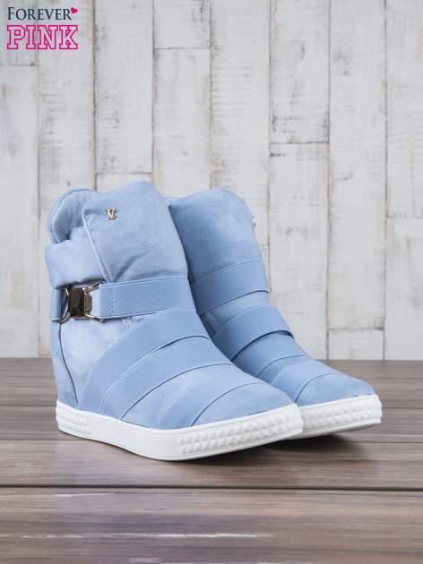 Jasnoniebieskie zamszowe sneakersy bandage z klamerką Lucky                                  zdj.                                  3
