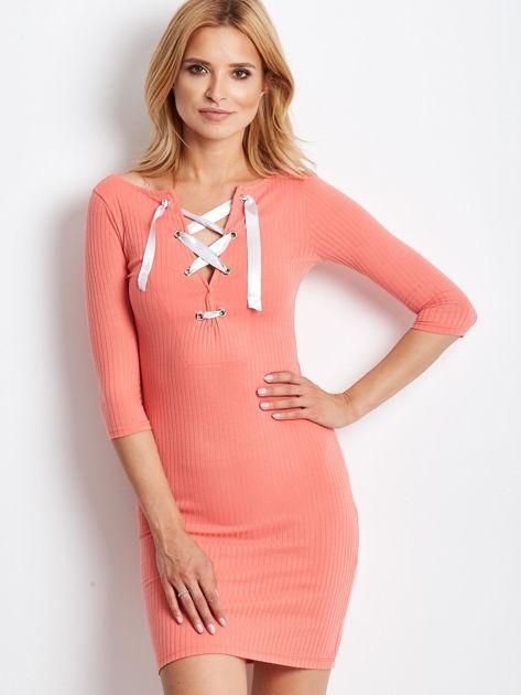 Jasnopomarańczowa sukienka w prążek z dekoltem lace up                                  zdj.                                  1