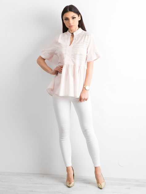 Jasnoróżowa ażurowa bluzka z falbanami na rękawach                              zdj.                              4