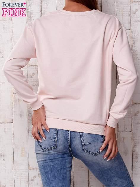 Jasnoróżowa bluza z nadrukiem kwiatowym i napisem                                  zdj.                                  4