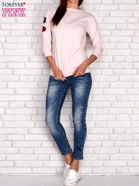Jasnoróżowa bluza z naszywkami na rękawie                                  zdj.                                  2