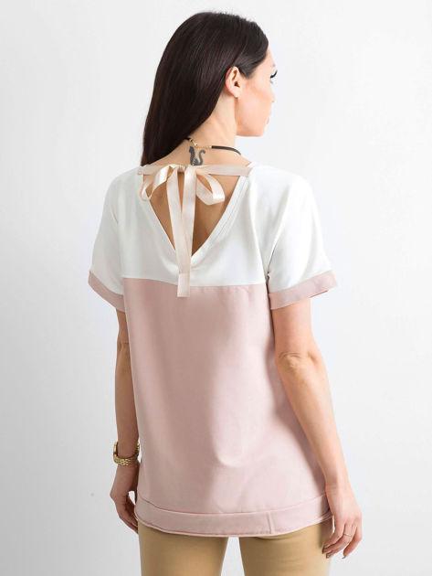 Jasnoróżowa bluzka damska z dekoltem na plecach                              zdj.                              2
