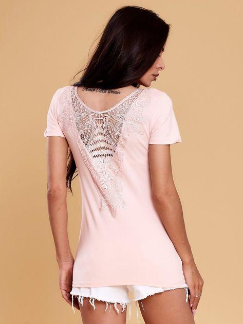 Jasnoróżowa bluzka damska z koronkową wstawką                               zdj.                              2