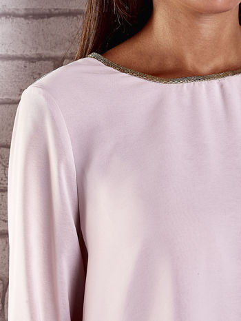Jasnoróżowa bluzka koszulowa z biżuteryjnym dekoltem                                  zdj.                                  6