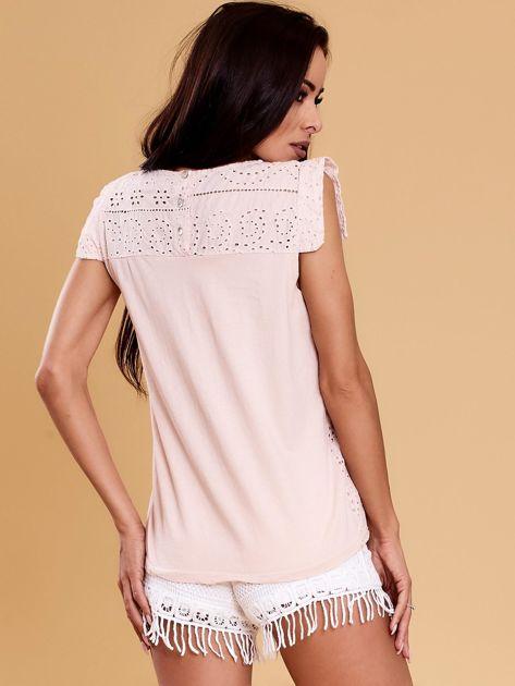 Jasnoróżowa bluzka w ażurowe wzory                              zdj.                              2