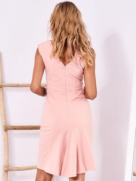 Jasnoróżowa dopasowana sukienka z drapowaniem                              zdj.                              2