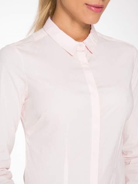 Jasnoróżowa elegancka koszula damska z krytą listwą                                  zdj.                                  5