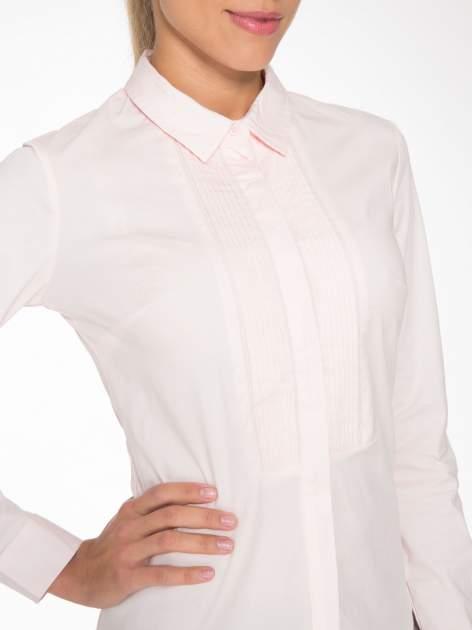Jasnoróżowa elegancka koszula damska z marszczonym przodem                                  zdj.                                  5
