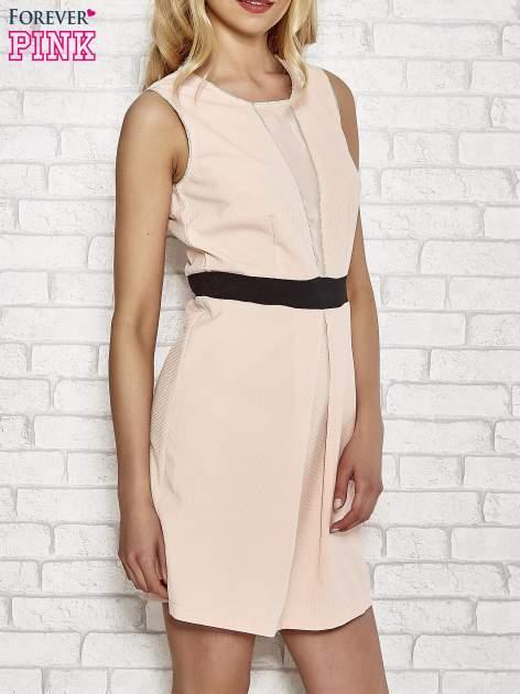 Jasnoróżowa fakturowana sukienka z podreśloną talią                                  zdj.                                  3