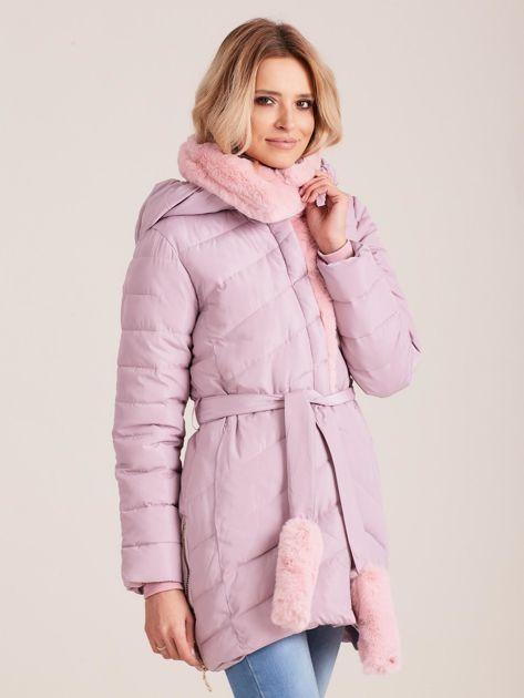 Jasnoróżowa pikowana kurtka zimowa z futerkiem                              zdj.                              4