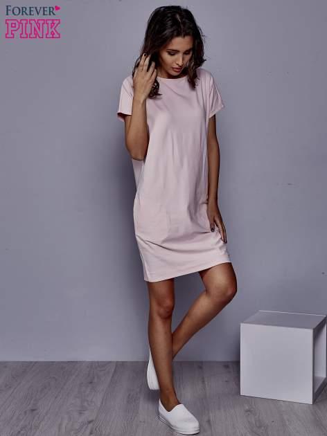 Jasnoróżowa sukienka dresowa z kieszeniami po bokach                                  zdj.                                  2