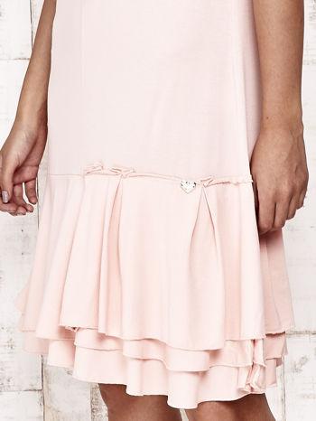 Jasnoróżowa sukienka dresowa z ozdobną falbaną                                  zdj.                                  5