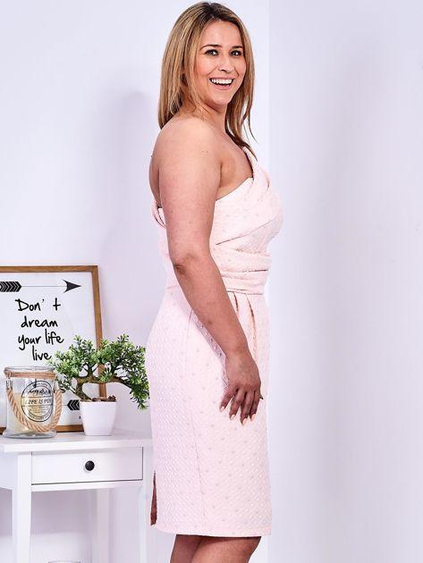 Jasnoróżowa sukienka w drobne wypukłe wzory PLUS SIZE                                  zdj.                                  3