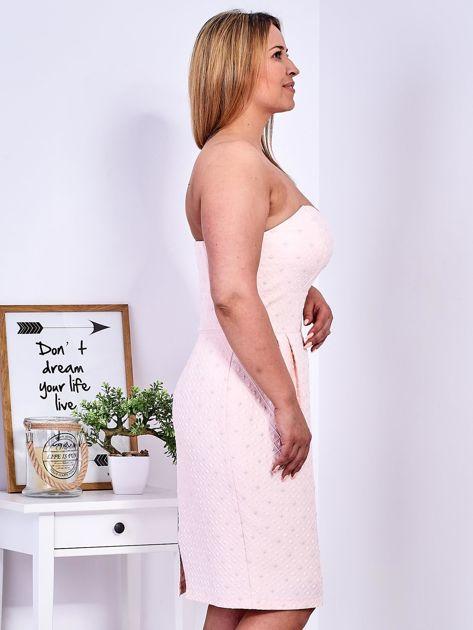 Jasnoróżowa sukienka w drobne wypukłe wzory PLUS SIZE                              zdj.                              10